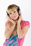 Blondes Mädchen mit Kopfhörern Stockfoto