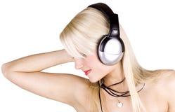 Blondes Mädchen mit Kopfhörern Stockbilder