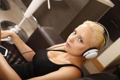 Blondes Mädchen mit Kopfhörern Stockfotografie
