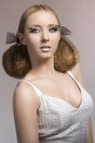 Blondes Mädchen mit kreativer Frisur Lizenzfreies Stockfoto