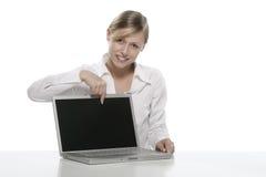 Blondes Mädchen mit Laptop Lizenzfreies Stockbild
