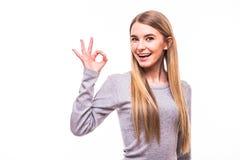 Blondes Mädchen mit okaygeste auf weißem Hintergrund Stockfoto