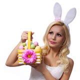Blondes Mädchen mit Ostern-Korb lokalisiert auf Weiß. Lächeln Lizenzfreie Stockbilder