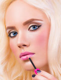 Blondes Mädchen mit perfektem bilden Stockbilder