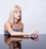 Blondes Mädchen mit Perlen Lizenzfreie Stockfotos