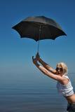 Blondes Mädchen mit Regenschirm Lizenzfreies Stockbild