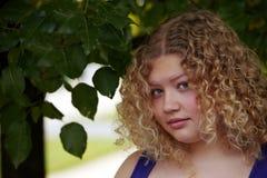 Blondes Mädchen mit Rotationen Stockbilder
