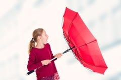 Blondes Mädchen mit rotem Regenschirm Stockfotografie