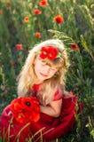 Blondes Mädchen mit roten Mohnblumenblumen Lizenzfreie Stockfotografie