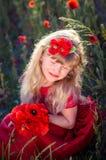 Blondes Mädchen mit roten Mohnblumenblumen Lizenzfreie Stockbilder
