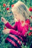Blondes Mädchen mit roten Mohnblumenblumen Lizenzfreies Stockbild