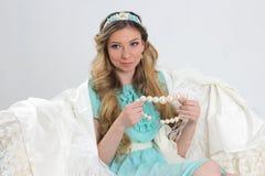 Blondes Mädchen mit Satz Perlen Lizenzfreies Stockfoto