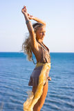 Blondes Mädchen mit Schal Stockfoto