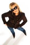 Blondes Mädchen mit schwarzen Sonnenbrillen auf Weiß Lizenzfreie Stockfotografie