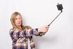 Blondes Mädchen mit selfie Stock Stockbilder