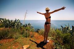 Blondes Mädchen mit sexy Bikini, Hut und Sonnenbrille Stockfoto