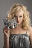 Blondes Mädchen mit silberner Schablone in der Frontseite Stockbilder