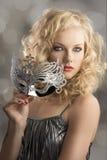 Blondes Mädchen mit silberner Schablone in der Frontseite Lizenzfreie Stockfotos