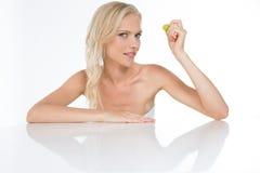 Blondes Mädchen mit sinnlichem Anstarren Stockfoto