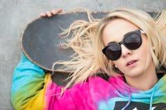 Blondes Mädchen mit Skateboard Lizenzfreie Stockbilder