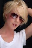 Blondes Mädchen mit Sonnenbrillen Stockfotos