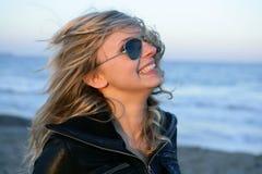 Blondes Mädchen mit Sonnenbrillen auf dem Strand lizenzfreie stockbilder
