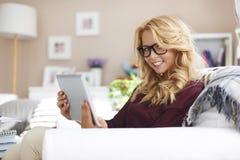 Blondes Mädchen mit Tablette Stockfotografie