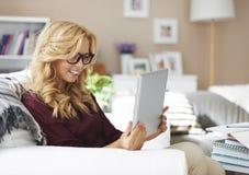 Blondes Mädchen mit Tablette Lizenzfreie Stockbilder
