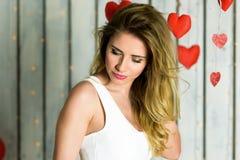 Blondes Mädchen mit Valentinstag Porträt der blauen Augen stockbilder