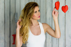 Blondes Mädchen mit Valentinstag Porträt der blauen Augen stockbild