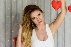 Blondes Mädchen mit Valentinstag Porträt der blauen Augen lizenzfreies stockfoto