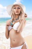 Blondes Mädchen mit weißem Sommerhut Lizenzfreie Stockbilder
