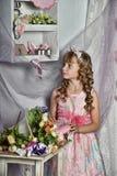 Blondes Mädchen mit weißen Blumen in ihrem Haar Stockfoto