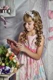 Blondes Mädchen mit weißen Blumen in ihrem Haar Stockfotografie