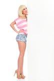 Blondes Mädchen mit weißer großer Fahne Stockfoto