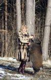 Blondes Mädchen mit wildem Eber Stockfotos