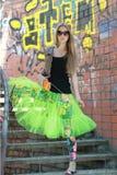 Blondes Mädchen nahe der Wand mit Graffiti Lizenzfreie Stockbilder