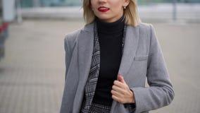 Blondes Mädchen rollt einen Koffer nahe dem Flughafenabfertigungsgebäude stock video footage
