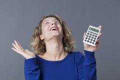 blondes Mädchen 20s begeistert an der Finanzsituation Stockbilder