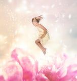 Blondes Mädchen-Springen (Fantasie) lizenzfreie stockfotos