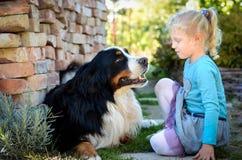 Blondes Mädchen und ein Hund Stockbild