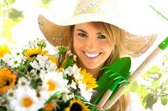 Blondes Mädchen und Gartenarbeithilfsmittel Stockfoto