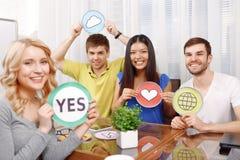 Blondes Mädchen und ihr Team von Entwicklern Lizenzfreies Stockfoto