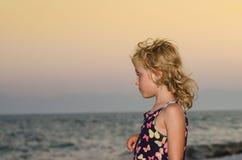 Blondes Mädchen und Meer Lizenzfreie Stockbilder