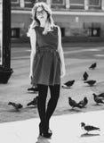 Blondes Mädchen und Tauben, Lebensstil und Mode, Schwarzweiss-Bild Lizenzfreies Stockfoto