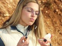 Blondes Mädchen und Verfassung stockfoto