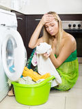 Blondes Mädchen und Waschmaschine Lizenzfreie Stockfotos