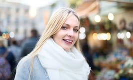 Blondes Mädchen an Weihnachtsmarkt Stockfotos