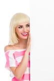 Blondes Mädchen, welches das Plakat liest Stockfotografie