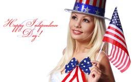 Blondes Mädchen, welches die kleine amerikanische Flagge lokalisiert wellenartig bewegt Lizenzfreie Stockfotos